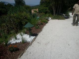 Bordure en jardin sec avec eclairage