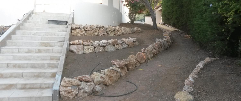 Création de jardinières en pierres de rocailles et chemin .