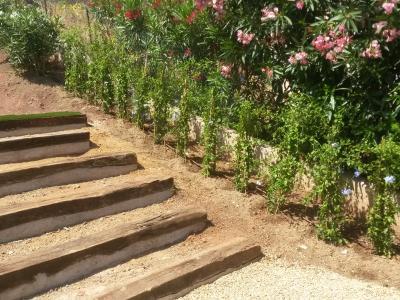 Création d'escalier naturel en traverses paysagères en chêne