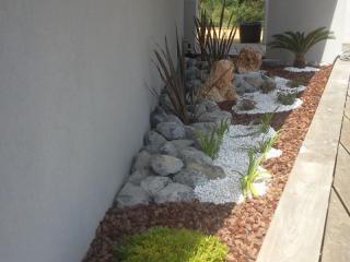 Création d'un jardin sec sous forme de jardinière pour une villa du Golfe de Saint Tropez