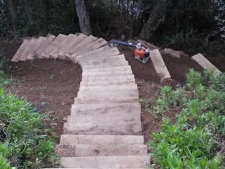 Création d'escaliers en traverses et rocailles