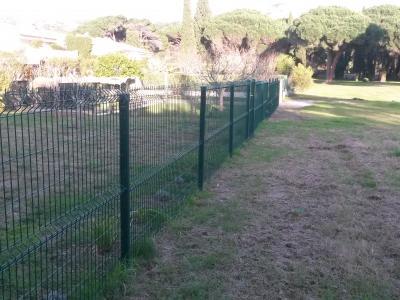 Pose de grillage en clôture de jardin