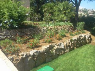 Création de restanques avec plantations fleuries et système d'arrosage