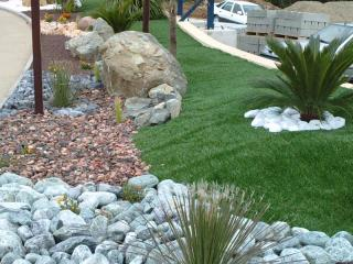 Création d'un jardin sec le long d'un gazon